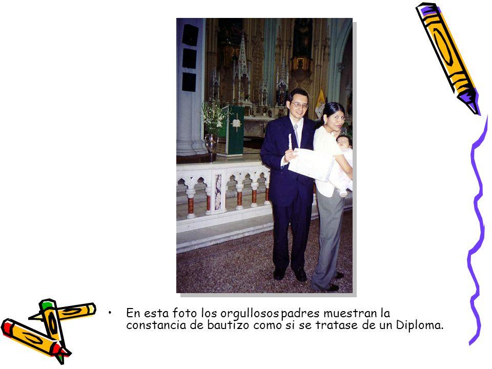 En esta foto los orgullosos padres muestran la constancia de bautizo como si se tratase de un Diploma.