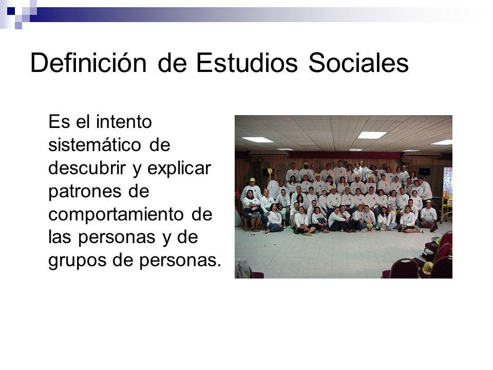Definición de Estudios Sociales Estudia la forma en que el hombre vive en la sociedad en relación con las demás personas.
