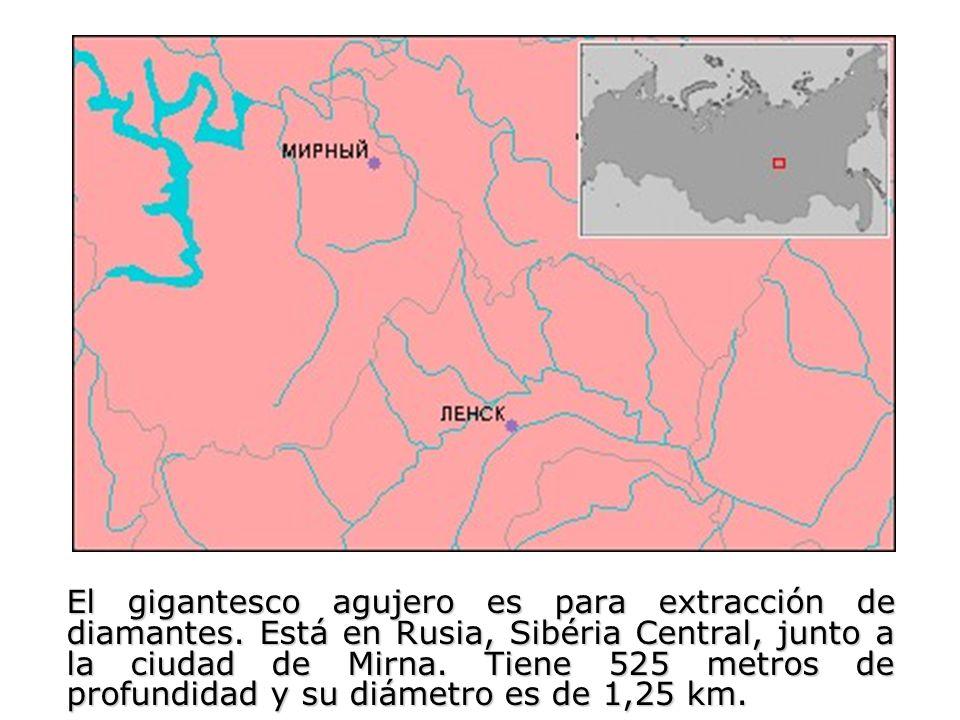 El gigantesco agujero es para extracción de diamantes. Está en Rusia, Sibéria Central, junto a la ciudad de Mirna. Tiene 525 metros de profundidad y s
