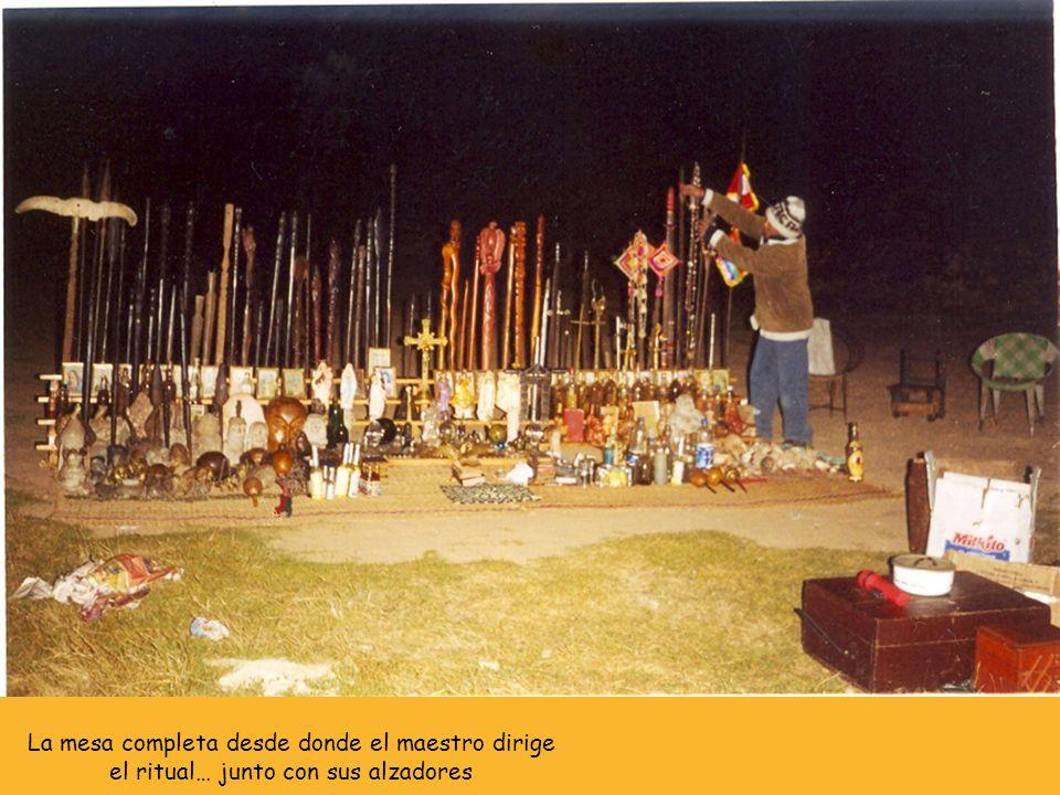 La mesa completa desde donde el maestro dirige el ritual… junto con sus alzadores