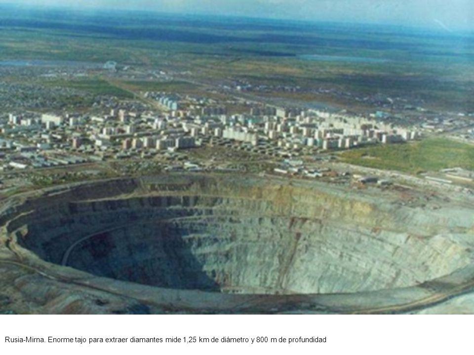 Rusia-Mirna. Vista aérea del ombligo del mundo , tajo de la mina de diamantes.