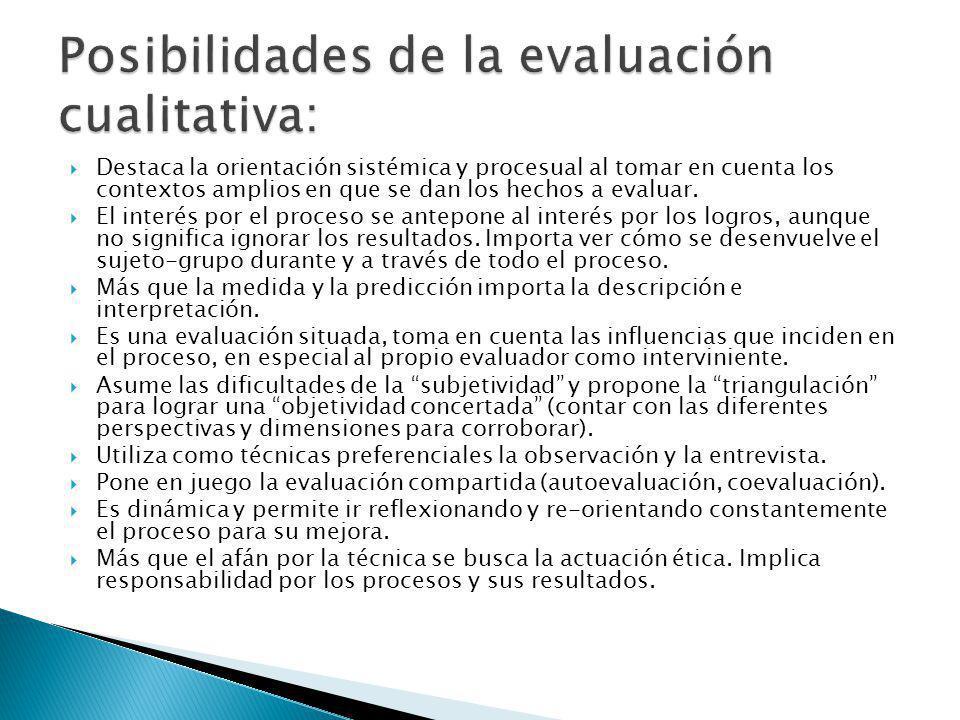 Destaca la orientación sistémica y procesual al tomar en cuenta los contextos amplios en que se dan los hechos a evaluar.