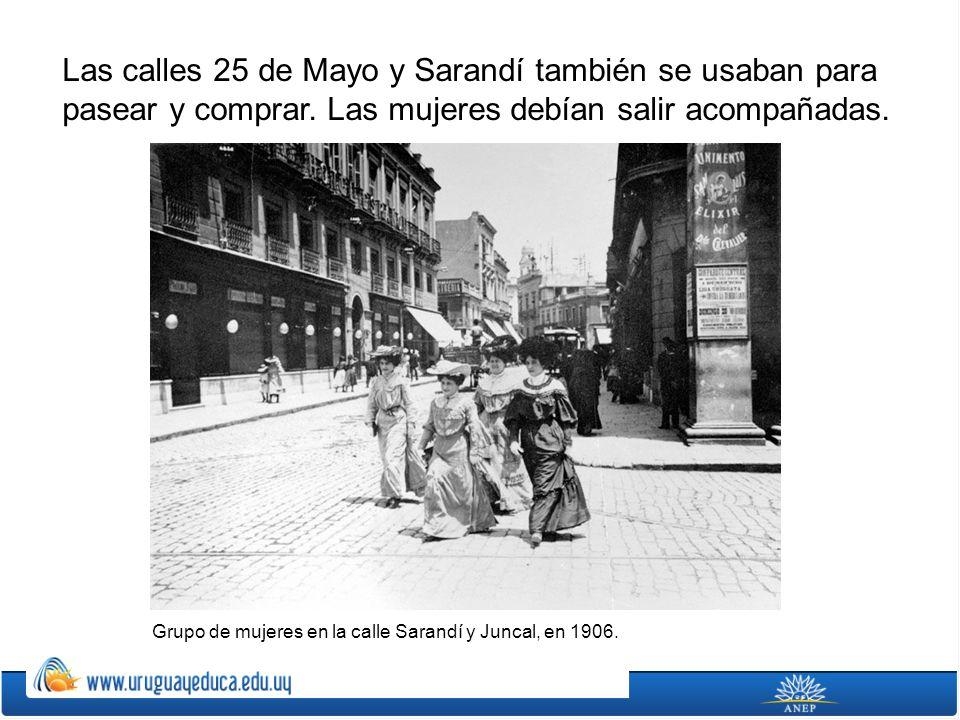 Las calles 25 de Mayo y Sarandí también se usaban para pasear y comprar. Las mujeres debían salir acompañadas. Grupo de mujeres en la calle Sarandí y