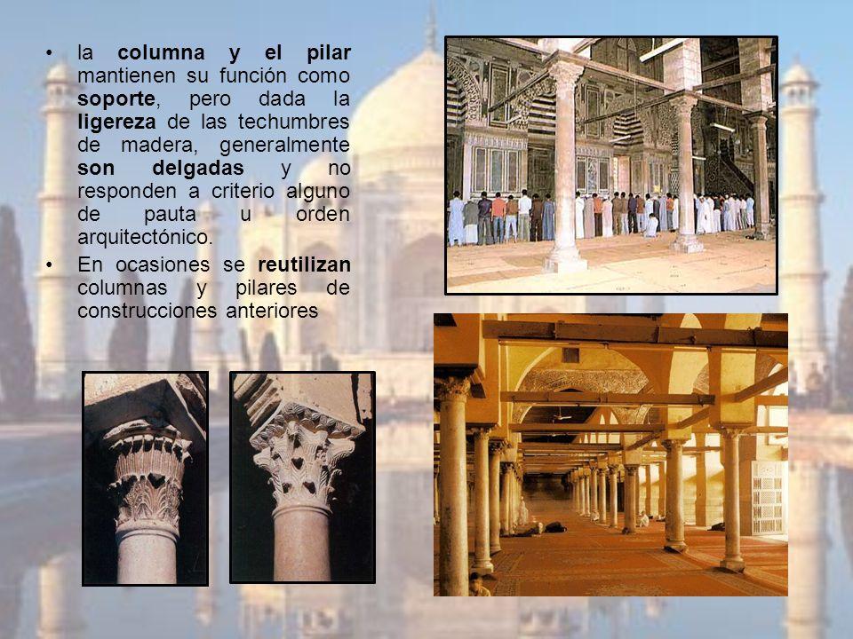 la columna y el pilar mantienen su función como soporte, pero dada la ligereza de las techumbres de madera, generalmente son delgadas y no responden a