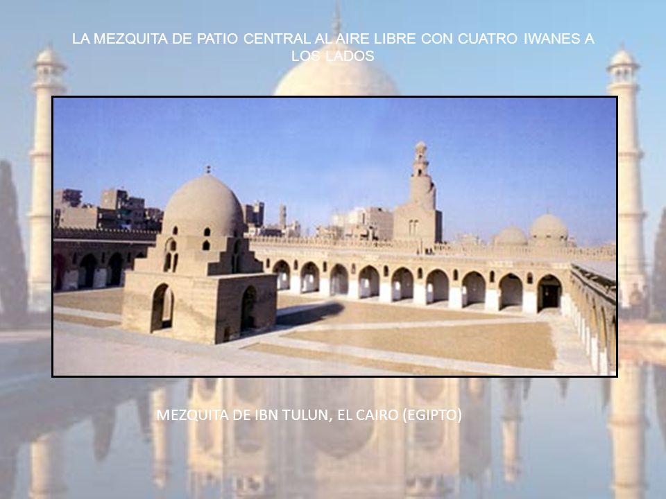 LA MEZQUITA DE PATIO CENTRAL AL AIRE LIBRE CON CUATRO IWANES A LOS LADOS MEZQUITA DE IBN TULUN, EL CAIRO (EGIPTO)