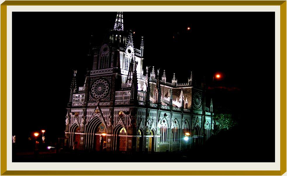 EL SANTUARIO DE NUESTRA SEÑORA DE LA LAJAS El precioso santuario estilo gótico está edificado sobre el lugar del milagro en Guáitara, en los Andes colombianos, a 7 kms de la ciudad de Ipiales y 11 kms del puente de Rumichaca que une Colombia y Ecuador.