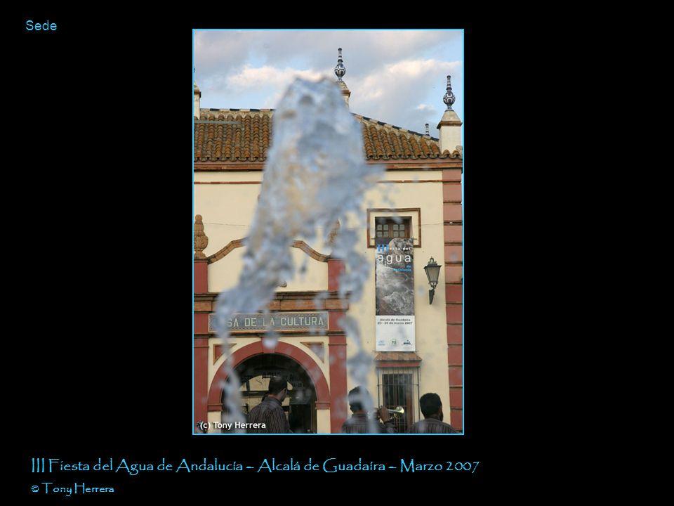David y un servidor con las chicas de la Fundación III Fiesta del Agua de Andalucía – Alcalá de Guadaíra – Marzo 2007 © Tony Herrera