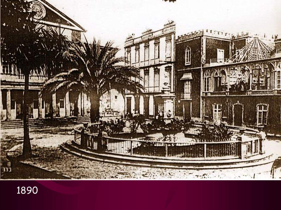 Veamos la descripción que del Teatro nos ha dejado Néstor Álamo: La fachada del edificio por Cairasco medía veinte metros de largo por quince de altura.