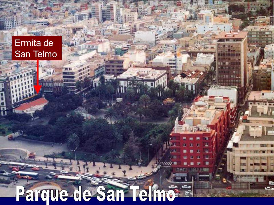 Vegueta, casco antiguo Plaza y Catedral de Santa Ana Triana, barrio comercial