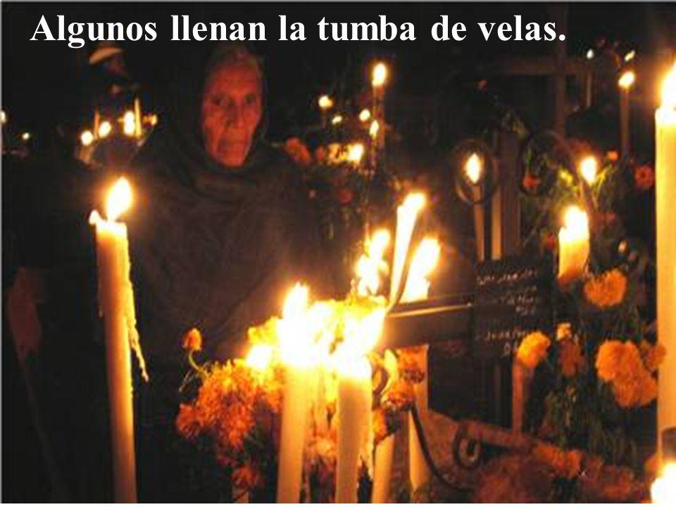 Algunos llenan la tumba de velas.