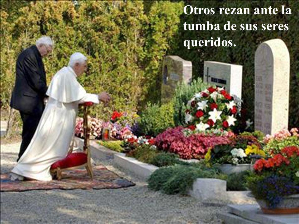 Otros rezan ante la tumba de sus seres queridos.