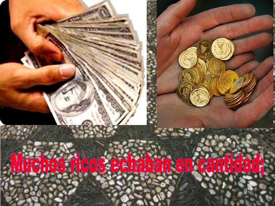 observaba a la gente que iba echando dinero: