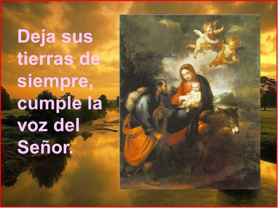 En un asno va montada, y a Jesús lleva en sus brazos, y mientras José camina, junto a ella va pensando.