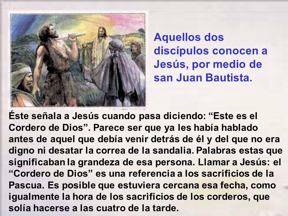 En aquel tiempo, estaba Juan con dos de sus discípulos y, fijándose en Jesús que pasaba, dice: «Éste es el Cordero de Dios.» Los dos discípulos oyeron