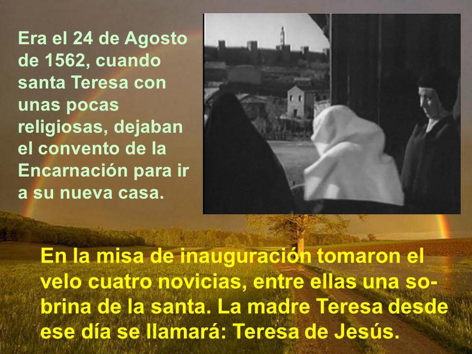 Una hermana de santa Teresa, Juana de Ahumada, tenía una casa medio abandonada, allí mismo en Ávila. Junto con su esposo la arreglaron un poco. Y ese