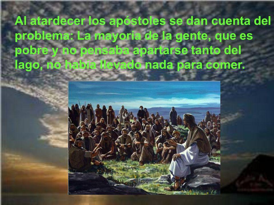 Al atardecer los apóstoles se dan cuenta del problema: La mayoría de la gente, que es pobre y no pensaba apartarse tanto del lago, no había llevado nada para comer.