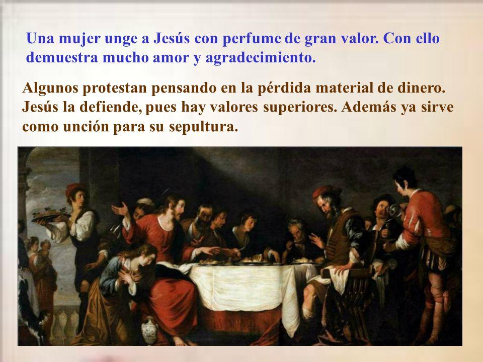 Comienza el relato con la reunión de los princi- pales judíos. Querían dar muerte a Jesús cuanto antes, pero no querían que coincidiera con la pascua