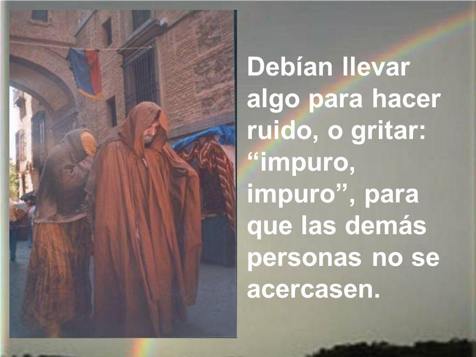 El papa, beato Juan Pablo II, visitó la leprosería de san Lázaro en Cuba y fue saludando y abrazando a cada uno de los leprosos.