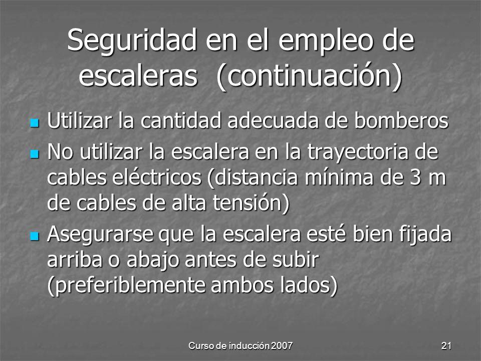 Curso de inducción 200721 Seguridad en el empleo de escaleras (continuación) Utilizar la cantidad adecuada de bomberos Utilizar la cantidad adecuada d
