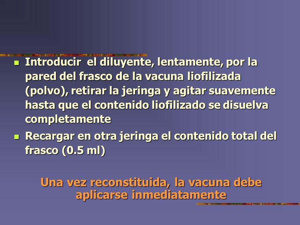 Introducir el diluyente, lentamente, por la pared del frasco de la vacuna liofilizada (polvo), retirar la jeringa y agitar suavemente hasta que el con