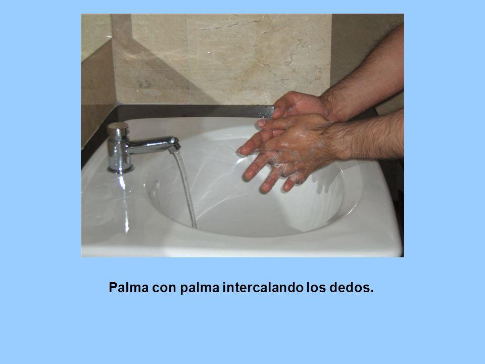 Palma con palma intercalando los dedos.