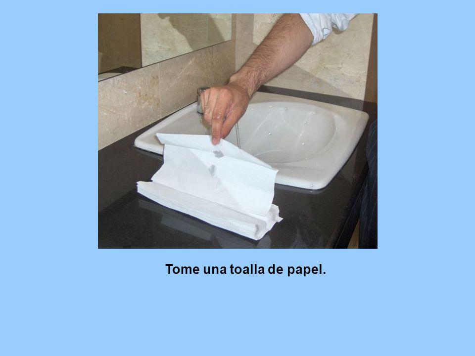 Tome una toalla de papel.