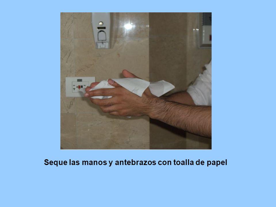 Seque las manos y antebrazos con toalla de papel