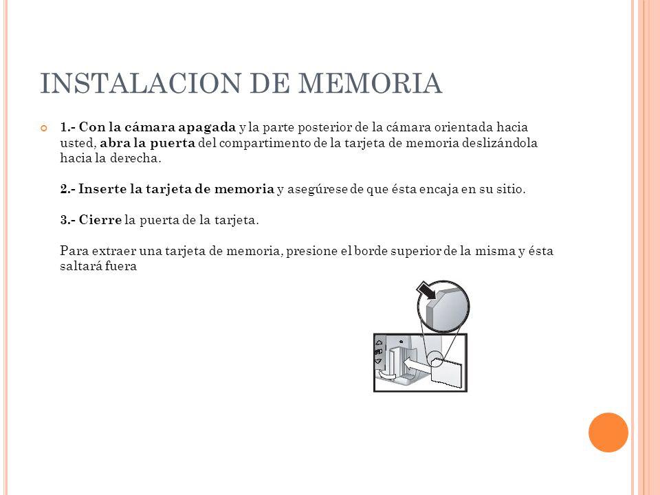 INSTALACION DE MEMORIA 1.- Con la cámara apagada y la parte posterior de la cámara orientada hacia usted, abra la puerta del compartimento de la tarje