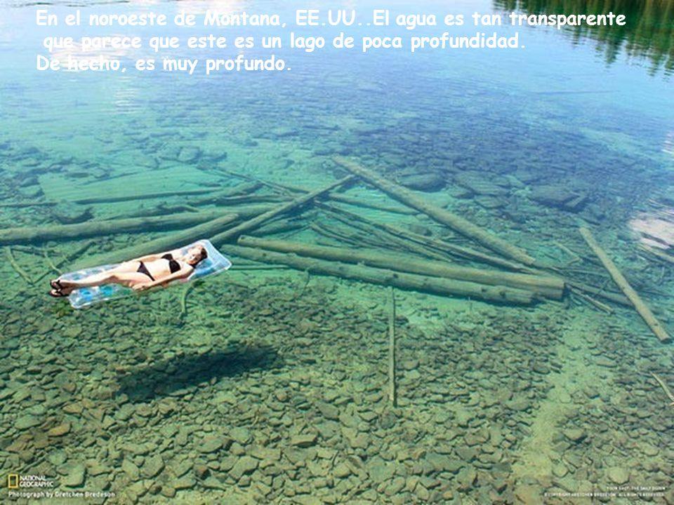 Este es un fenómeno geológico único accidente geográfico conocido como Danxia. Estos fenómenos se pueden observar en varios lugares de China. Este eje