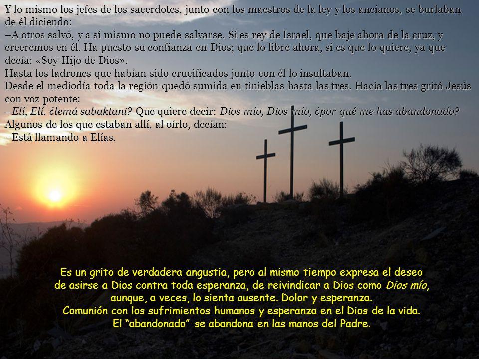 Cuando salían, encontraron a un hombre de Cirene, llamado Simón, y le obligaron a llevar la cruz de Jesús. Al llegar al lugar llamado Gólgota, esto es