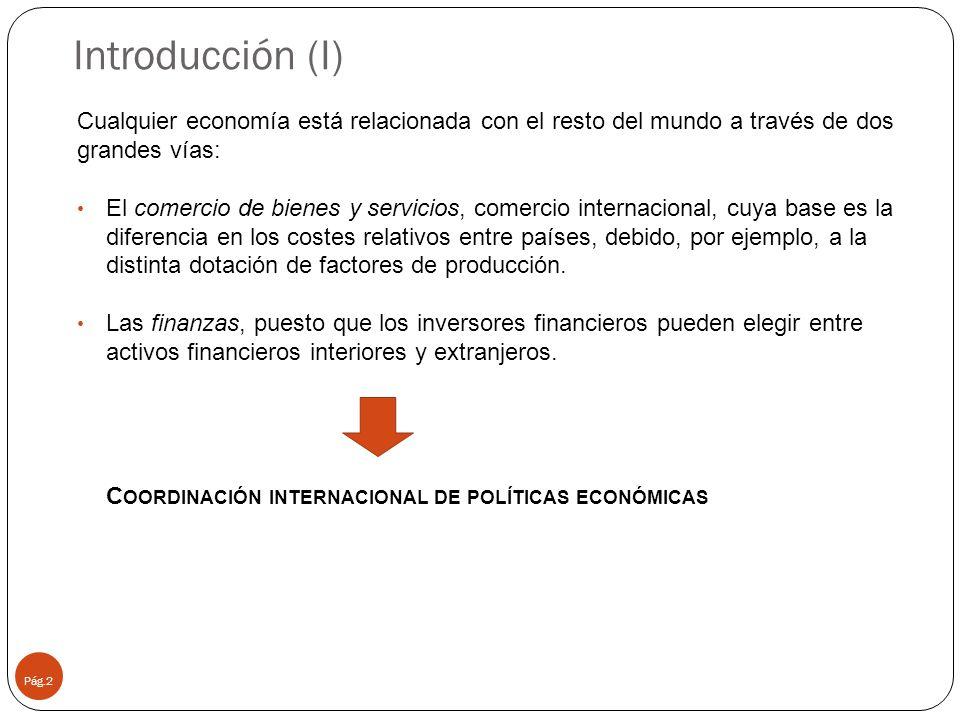 Introducción (I) Pág.2 Cualquier economía está relacionada con el resto del mundo a través de dos grandes vías: El comercio de bienes y servicios, comercio internacional, cuya base es la diferencia en los costes relativos entre países, debido, por ejemplo, a la distinta dotación de factores de producción.