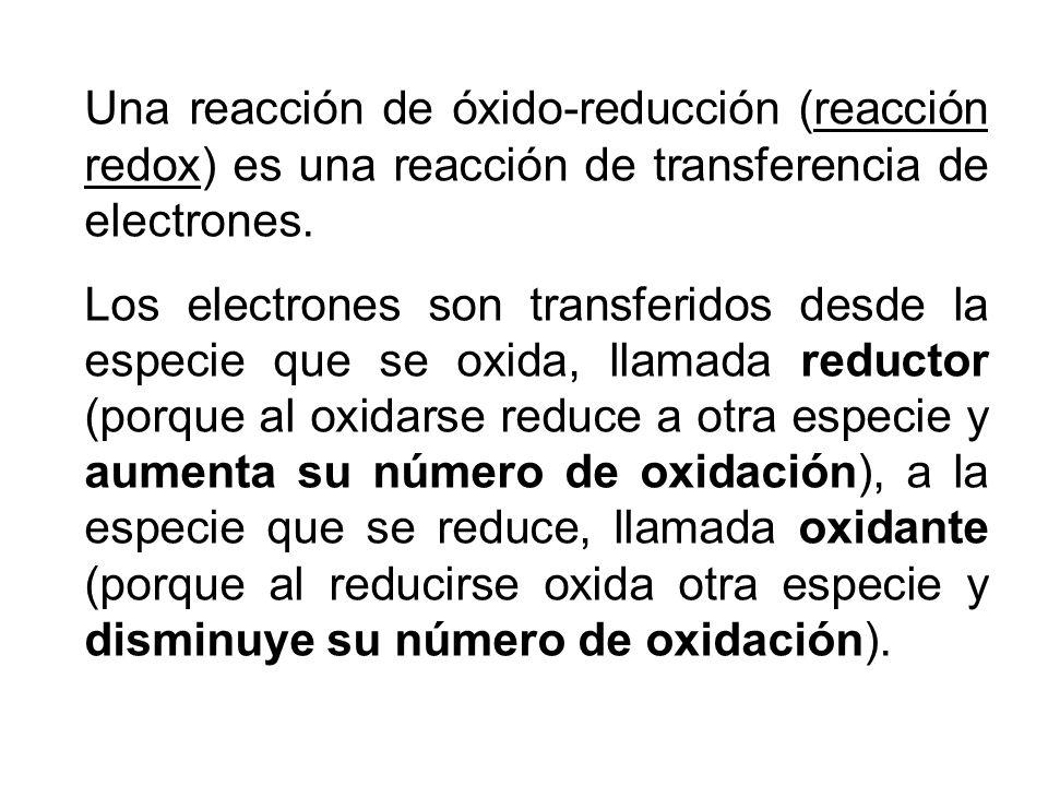 Una reacción de óxido-reducción (reacción redox) es una reacción de transferencia de electrones. Los electrones son transferidos desde la especie que