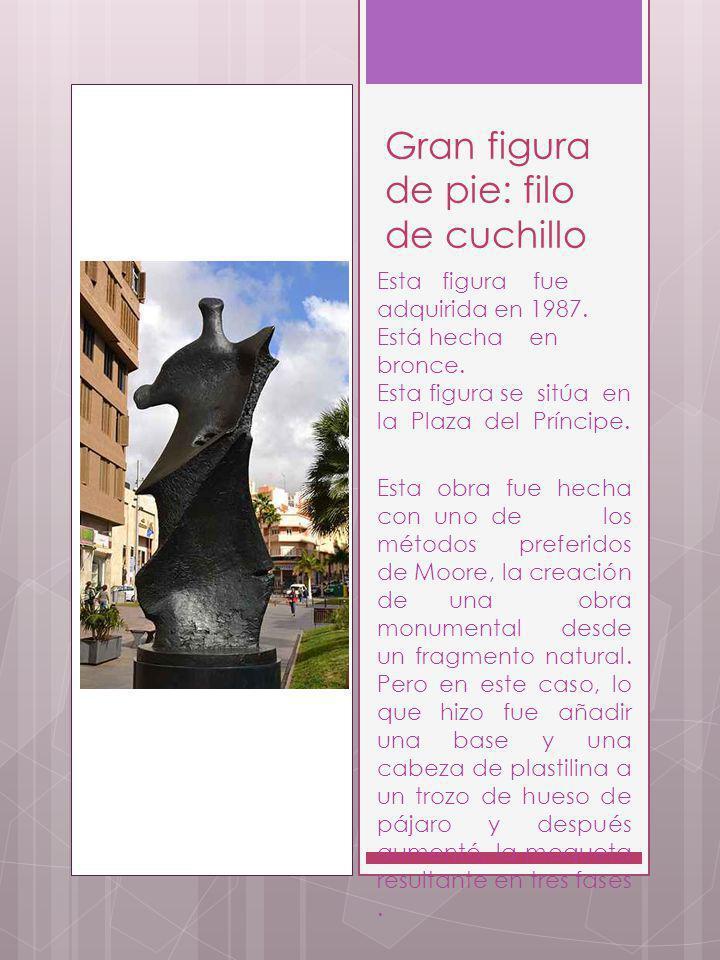 Gran figura de pie: filo de cuchillo Esta figura fue adquirida en 1987. Está hecha en bronce. Esta figura se sitúa en la Plaza del Príncipe. Esta obra