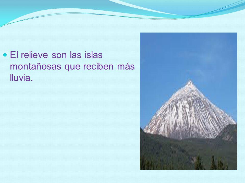 El relieve son las islas montañosas que reciben más lluvia.