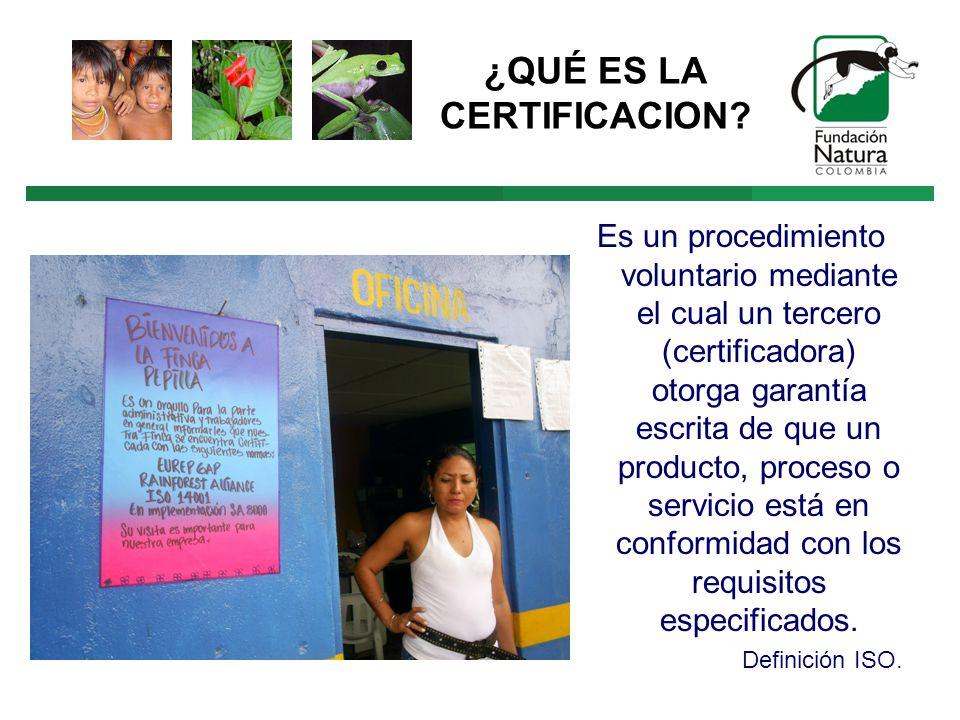 Es un procedimiento voluntario mediante el cual un tercero (certificadora) otorga garantía escrita de que un producto, proceso o servicio está en conformidad con los requisitos especificados.