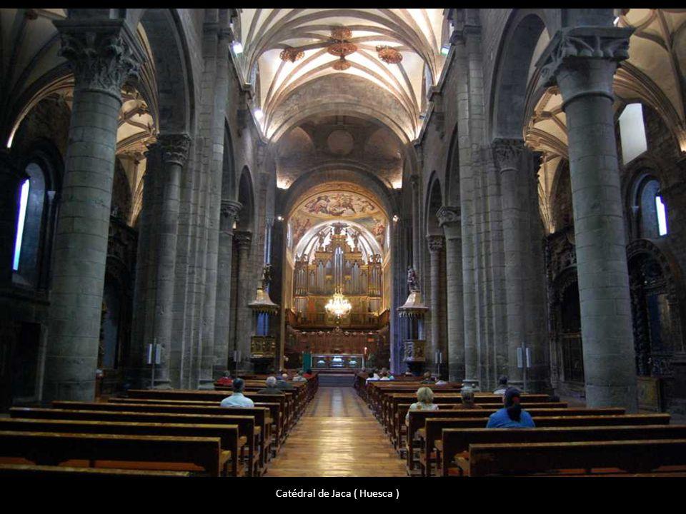 En tiempos del Obispo Mancio II (1014-1033) la Sede Episcopal (y con ella el Santo Cáliz) se trasladaron a la Iglesia de la Corte, que se hallaba en e