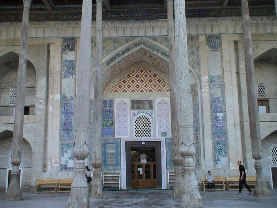 MEZQUITA DE BOLO No lejos al occidente de la Mezquita de Bolo se levanta este notable minarete de 47 metros delante de la Mezquita de Kalyan del siglo XVI que es lo suficientemente grande como para albergar a 10 000 fieles.