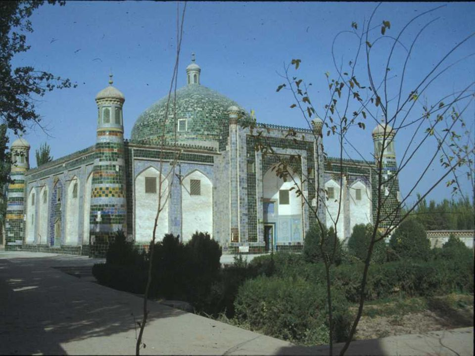 KASHGAR Kashgar se encuentra en el cruce entre las rutas que provienen del valle del Amu-Daria, de Khokand y Samarkanda, Almaty, Aksu y Kotan, lo que