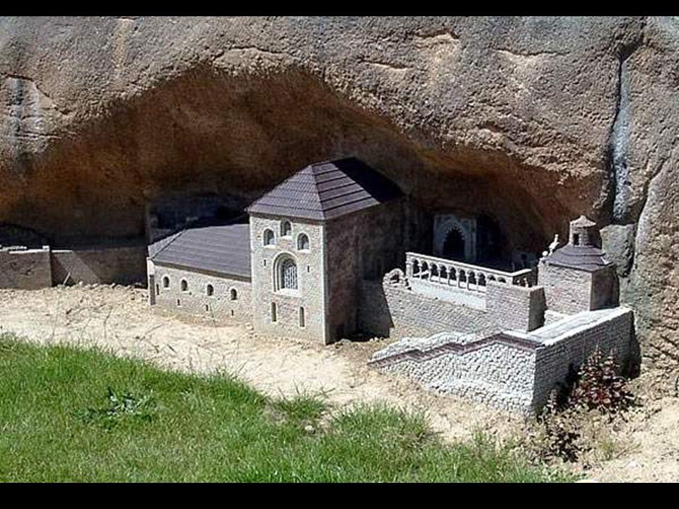 Los auténticos orígenes del monasterio se pierden en la oscuridad de los tiempos altomedievales y se le ha supuesto refugio de eremitas, aunque los da