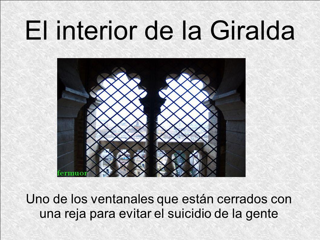 Uno de los ventanales que están cerrados con una reja para evitar el suicidio de la gente
