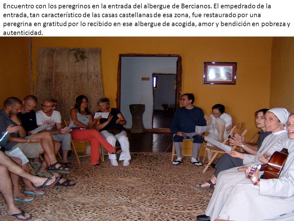 Encuentro con los peregrinos en la entrada del albergue de Bercianos. El empedrado de la entrada, tan característico de las casas castellanas de esa z