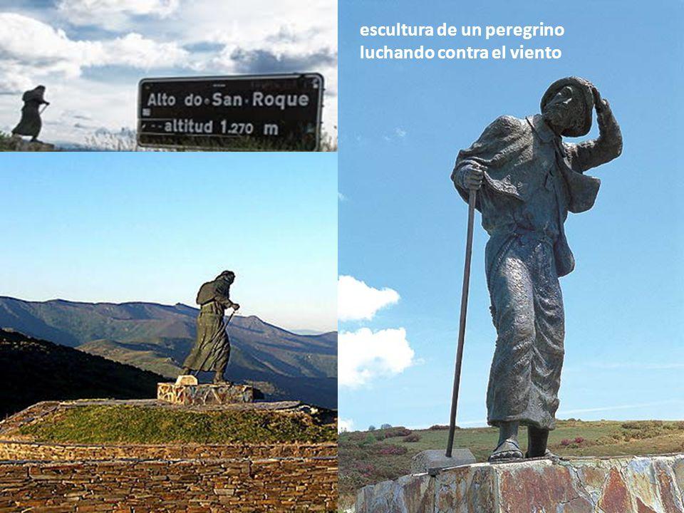 escultura de un peregrino luchando contra el viento