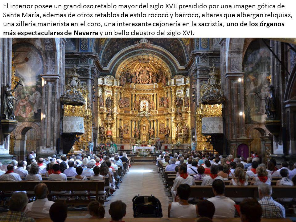 El interior posee un grandioso retablo mayor del siglo XVII presidido por una imagen gótica de Santa María, además de otros retablos de estilo rococó y barroco, altares que albergan reliquias, una sillería manierista en el coro, una interesante cajonería en la sacristía, uno de los órganos más espectaculares de Navarra y un bello claustro del siglo XVI.