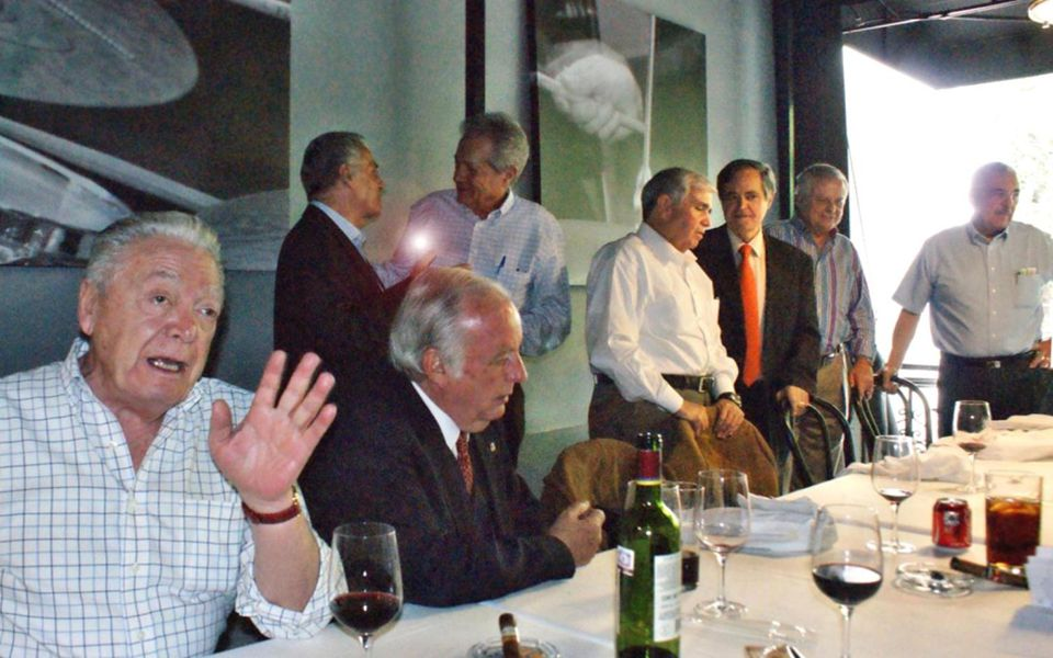 Lalo Bretón saluda al que sólo he visto una vez en las comidas, desde Veracruz, el Dr.
