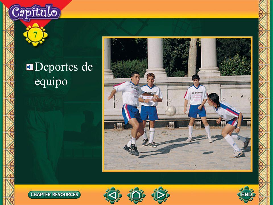 Vocabulario Describing a football game el fútbolsoccer ball 7 Deportes de equipo el balónball el tiempotime el/la portero(a)goalie la porteríagoal (Spanish–English)