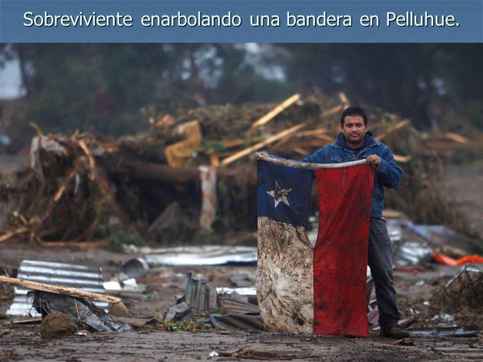 Sobreviviente enarbolando una bandera en Pelluhue.