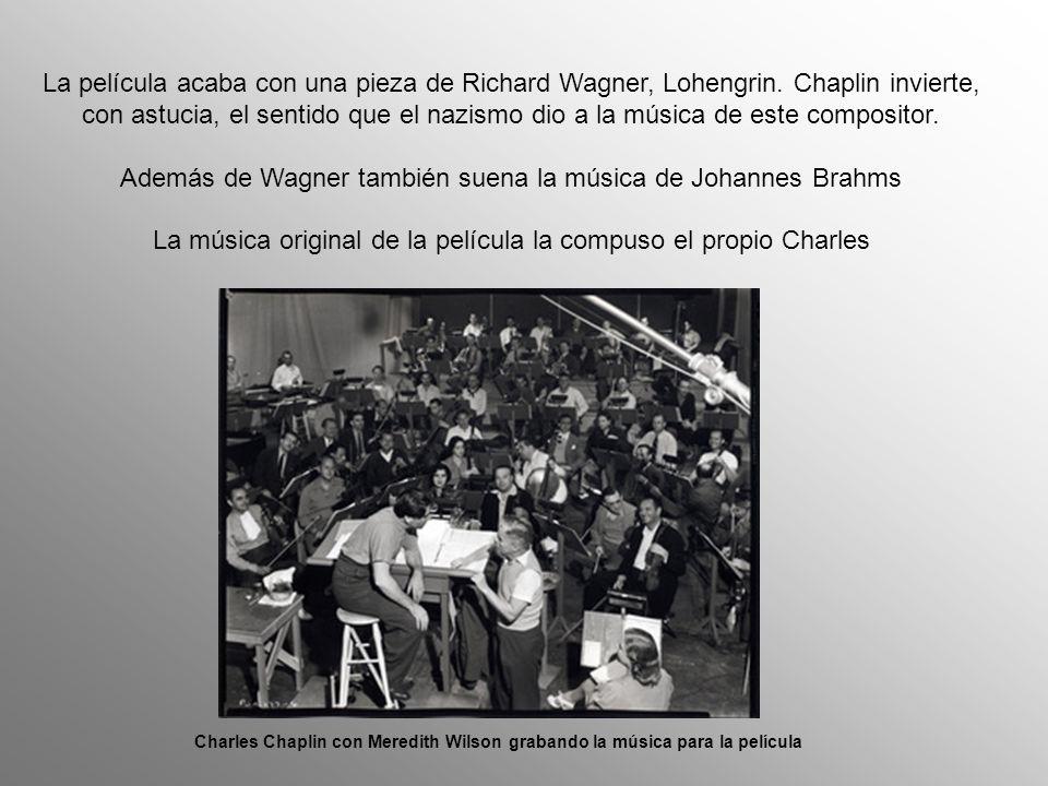 Chaplin decidió cambiar el final de la película durante el rodaje. Eliminó una escena en la que cientos de soldados nazis tiraban sus armas y particip