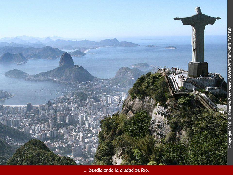 La Estatua de Cristo Redentor en la cima de la montaña de Corcovado...