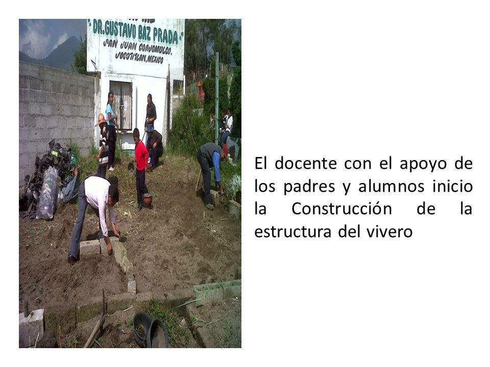 El docente con el apoyo de los padres y alumnos inicio la Construcción de la estructura del vivero