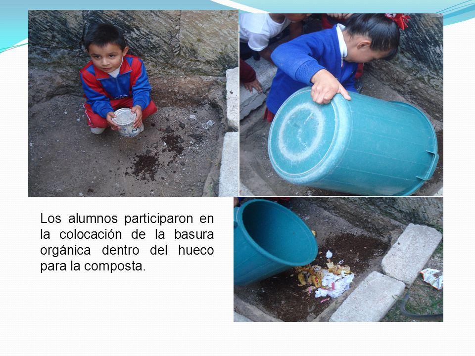 Los alumnos participaron en la colocación de la basura orgánica dentro del hueco para la composta.